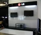 Промостенд LG для демонстрации продукции в торговом центре