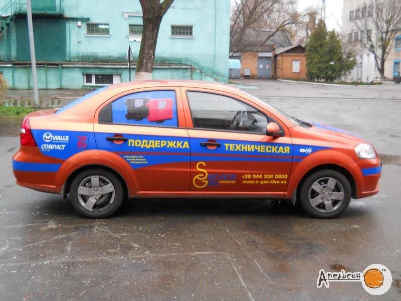 Поклейка рекламы на легковой автомобиль